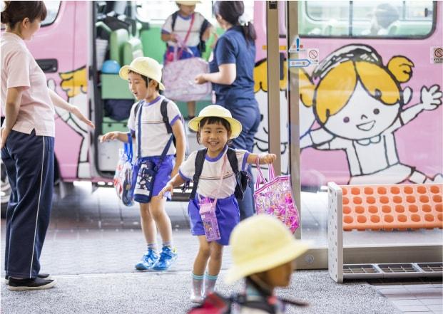幼稚園 バスから降りる園児達