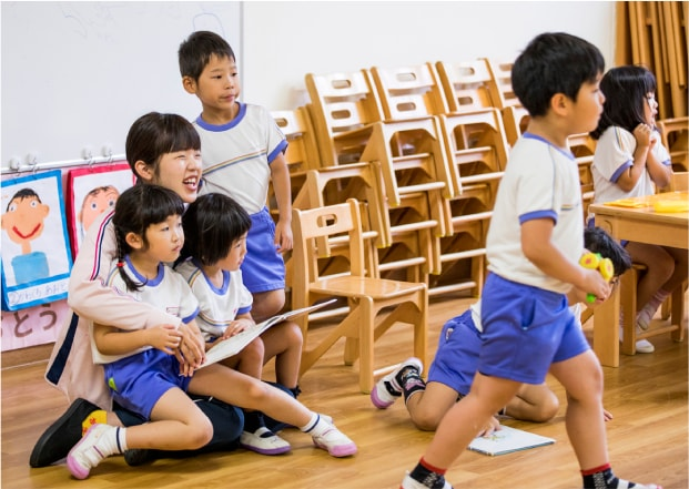 幼稚園 教室で学ぶ園児たち