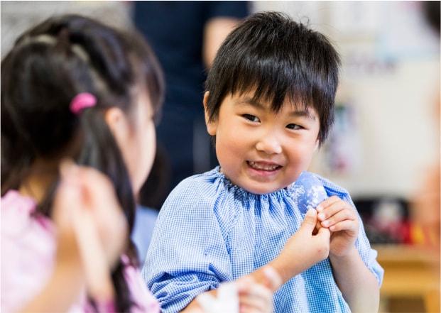 幼稚園 お話をする園児たち