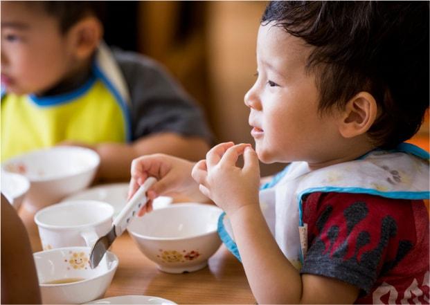 保育園 昼食をとる園児たち