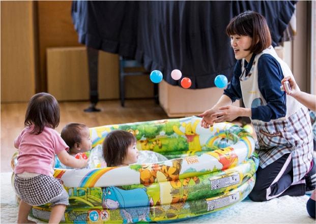 保育園 先生と遊ぶ園児たち