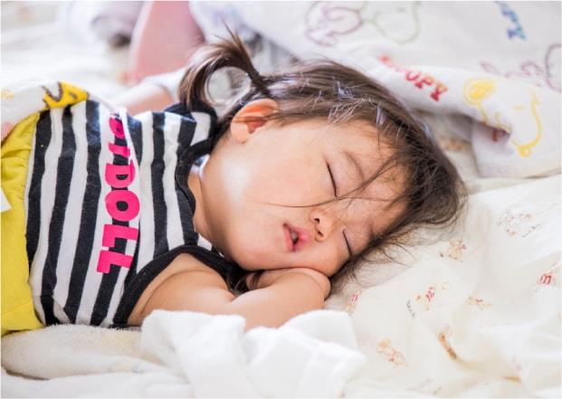 保育園 睡眠をとる園児