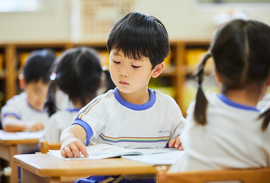 めざまし教材で学ぶ園児たち