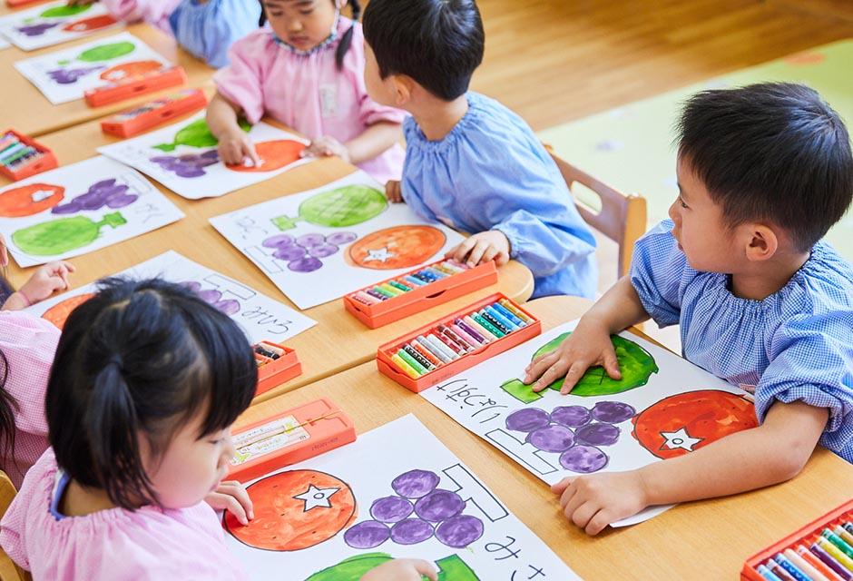 絵画・制作を行う園児たち