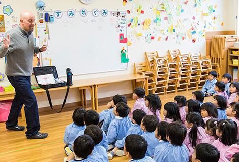 英語教室で英語を学ぶ園児たち